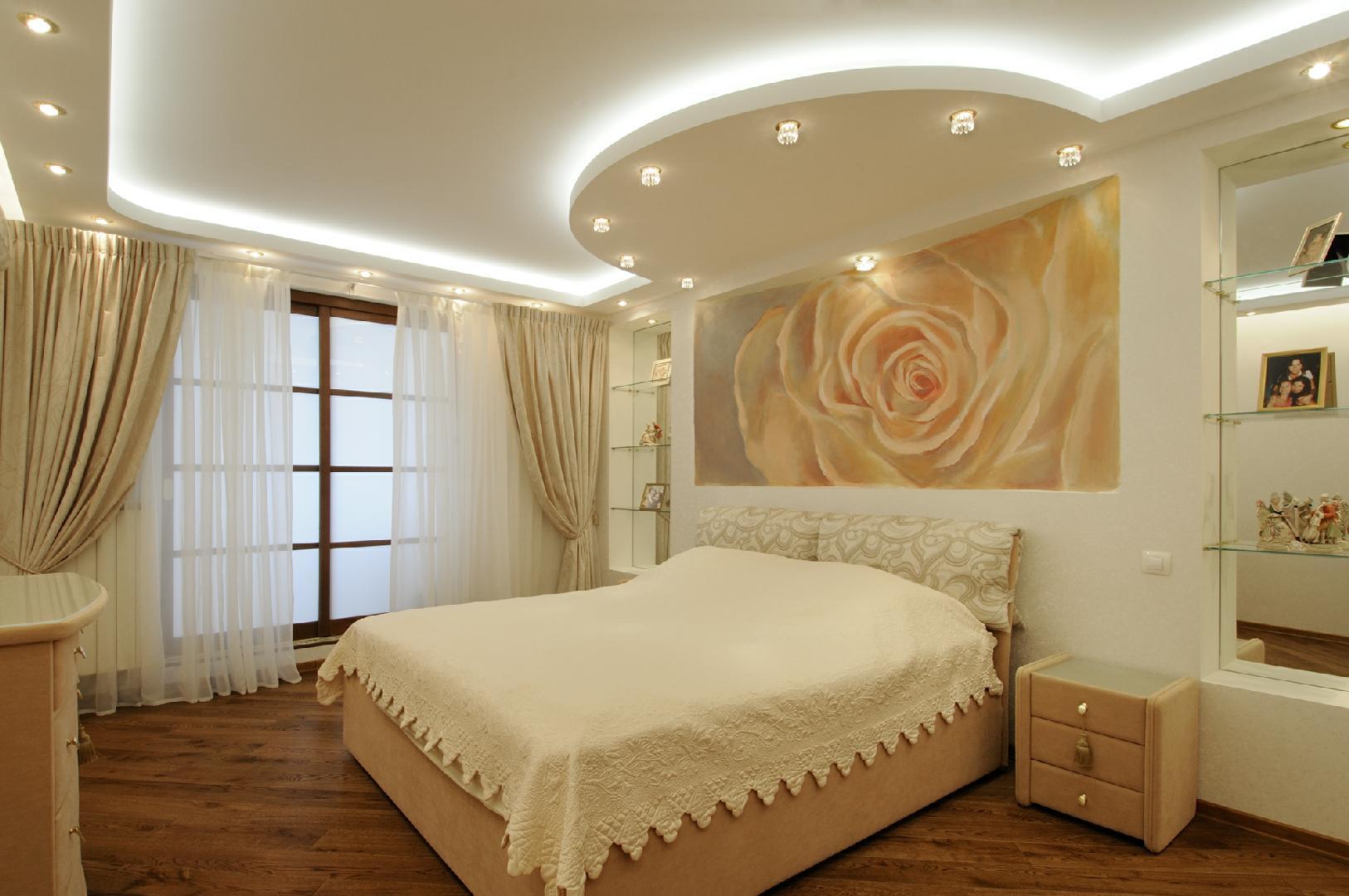 дизайн натяжного потолка в спальне фото как